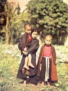 Group of young girls, Tonkin, Vietnam, 1916, photograph by Albert Kahn.