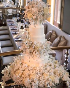 A #SylviaWeinstock masterpiece for a NYC wedding at The @RainbowroomNYC #ShihsTheOne #ChristianOthStudio