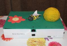 Raspberry Pi bee project by kids. The bee is made of clay, and has a magnet inside his body. His location is determined by some reed switches inside the box, which are connected to the GPIO pins on a Raspberry Pi, as are the LEDs in the flower and the hiv Electronics Projects, Arduino Projects, School Projects, Projects For Kids, Raspberry Pi Programming, Electronic Gadgets For Men, Iphone 6, Bee Boxes, Raspberry Pi Projects