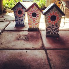 Cute and bright mosaic bird houses to brighten up the garden.
