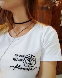 camiseta Brava Rosa bordada a mão por onde você for floresça Custom Clothes, Diy Clothes, Custom Shirts, Mom Shirts, T Shirts For Women, Diy Fashion, Fashion Design, Embroidered Clothes, Long Sleeve Tops