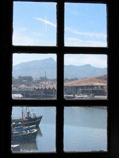 St-Jean de Luz (Pyrénées Atlantiques) - la Rhune vue d'une fenêtre de la Maison de l'Infante