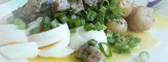 Uudet perunat matjessillin ja kananmunan kera, vhh-tapaan. Tässä annoksessa on perunasta huolimatta vain 9 % energiasta hiilihydraattia, eli noin 17 grammaa Chicken, Meat, Food, Hoods, Meals, Kai