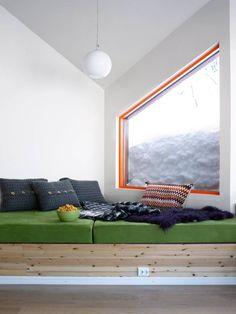 LUN KOSEKROK: Dette er et fint sted å slenge seg nedpå etter en skitur, eller etter middag. Under putene er det lagringsplass. Eierne av denne hytta har valgt friske farger som oransje og grønt i interiøret.