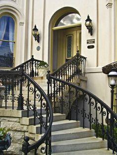 escalier de style classique, baroque, une façade ancienne, porte d'entrée