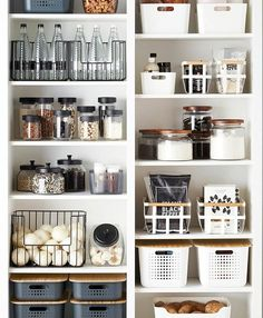 Absolutely in love with this pantry!!! 😍😍😍 Products shown above can be purchased at @thecontainerstore 👍 Via @thecontainerstore 💚 . . . . .…