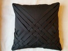 Sofa cushions DIY with braided detail, with instructions to make your own. : Sofa cushions DIY with braided detail, with instructions to make your own. Diy Throw Pillows, Cushions On Sofa, Pillow Fabric, Quilted Pillow, Pillow Cover Design, Decorative Pillow Covers, Sofa Design, Moda Peru, Diy Cushion