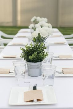 Heard of a Diner en Blanc? Host your own with these classy and fun menu ideas. A Diner en Blanc will be a night to remember White Party Decorations, Dinner Party Decorations, Dinner Party Table, Decoration Table, Dinner Menu, Party Food Table Ideas, Diy Party Food, Party Ideas, Diy Ideas