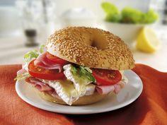 Sesambagel mit Schinken, Camembert und Tomaten | http://eatsmarter.de/rezepte/sesambagel-mit-schinken-camembert-und-tomaten