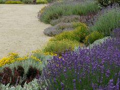 eclectic Garden by Atelier Jardins do Sul