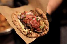 Η Ζωή Παρασίδη δοκίμασε το vegan σουβλάκι για το οποίο συζητάει όλη η Αθήνα σχηματίζοντας ουρές έξω από τη νέα άφιξη της οδού Θεμιστοκλέους στα Εξάρχεια. Places To Eat, Grilling, Tacos, Mexican, Vegan, Ethnic Recipes, Food, Crickets, Essen