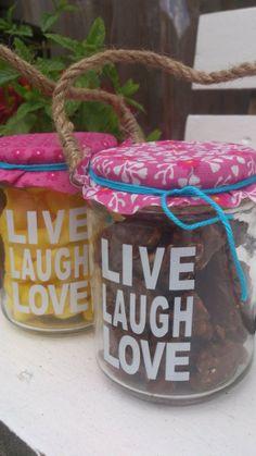 Kadootje voor de juffies als afsluiter van het jaar. Heel makkelijk een origineel kadootje maken als afscheid en bedankjes voor de juffies voor de zomervakantie. 1 theelicht houdertje van de Wibra (1 euro), een klein lapje stof (Pak bij de Hema met 24 stofjes), een touwtje en snoep/chocola.