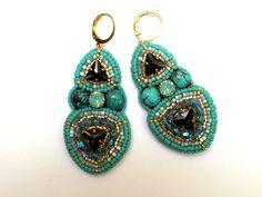 Boucles d'oreilles brodées triangles cristal et turquoise : Boucles d'oreille par la-p-tite-marquise
