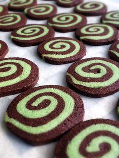 Chocolate Pinwheel Cookies My makes these but keeps the white part white:) Pinwheel Cookies, Yummy Cookies, Sugar Cookies, Menta Chocolate, Chocolate Cookies, Lemon Bars, Cookie Jars, Love Is Sweet, Macaroons