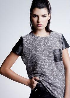 ¡Hoy estamos muy rockeras! Camiseta de manga corta flameada en gris con bolsillo de efecto cuero. Ya a la venta online!