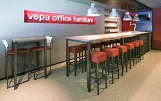 Inrichting zakenloge / businessruimte bij SC Heerenveen. Cubo en Fiero barkrukken en hoge tafels via Vepa project furniture