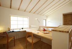 【リビングを中心に光とたわむれる和空間/ピュアヴィレッジ長岡】吹き抜けと一体化した2階ホールのまわりを、家族の共有スペースに。夏や冬でも家全体がほぼ均一な室温になっているため、どんな場所でも気持ちよく利用できるのがNAP工法の特長です。/#木の家 #木の家専門店 #自然素材 #自然素材の家 #注文住宅 #新築 #マイホーム #新潟の家 #暮らし #カウンター #吹き抜け #共有スペース #勉強 #デスク #家づくり #study #counter #desk #myhome #niigata Workplace, House Design, Pure Products, Table, Furniture, Home Decor, Decoration Home, Room Decor, Tables
