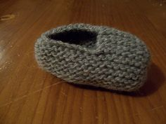 The slippers of Gaspard - ideas for thousands! Knitting For Kids, Sewing For Kids, Baby Knitting, Crochet Baby, Knitted Booties, Baby Booties, Baby Shoes, Tricot Baby, Preemie Babies