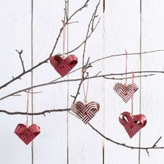 Woven Hearts made from Weaving Paper Strips The hearts are woven from weaving paper strips. The eyelets are set using a paper punch. Christmas Wine, Natural Christmas, A Christmas Story, Rustic Christmas, Christmas Crafts, Christmas Ornaments, Crochet Apple, Crochet Fruit, Diy Snowflake Decorations