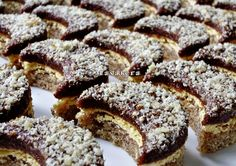 Orahovi polumjeseci ~ Recepti i Savjeti Cookie Desserts, Sweet Desserts, Sweet Recipes, Cookie Recipes, Bosnian Recipes, Croatian Recipes, Bosnian Food, Kolaci I Torte, Walnut Recipes