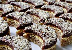 Ořechové půlměsíčky s čokoládou Fantastické ořechové půlměsíčky se žloutkovým krémem a čokoládou.