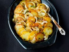Oppskrift på poteter med løk og timian.