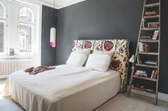 Dark wall and patterned headboard in bedroom Bookshelves In Bedroom, Interior Styling, Interior Design, Cosy Bedroom, Home Safes, Guest Bed, Home And Deco, Dream Decor, Grey Walls