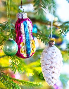 Musikkinstrumenter og kongler er klassisk pynt som har vært vanlig siden forrige århundreskifte. Christmas Ornaments, Holiday Decor, Home Decor, Decoration Home, Room Decor, Christmas Jewelry, Christmas Decorations, Home Interior Design, Christmas Decor