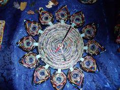 orologi da parete fatti con la carta | Orologio da muro a forma di fiore con carta di giornale : Decorazioni ...