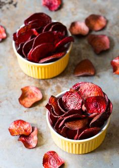 The absolute best Oven Baked Beet Chips Recipe you'll ever try. We share a baked veggie chips secret that makes this recipe crispy and flavorful! Baked Beet Chips, Beetroot Recipes, Beetroot Crisps, Veggie Snacks, Veggie Chips, Healthy Snacks, Potato Chips, Aperitivos Vegan, Vegetarian