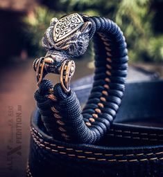 Brown bear paracord bracelet with exclusive bronze buckle- Braunbär – paracordarmband mit exklusiven Bronze-Schnalle Brown bear paracord bracelet with exclusive bronze buckle Paracord Knots, Paracord Bracelets, Bracelets For Men, Beaded Bracelets, Paracord Weaves, Survival Bracelets, Bronze, Moda Geek, Paracord Projects