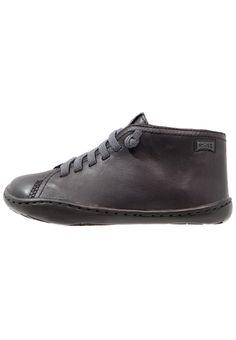 ¡Consigue este tipo de zapatos con cordones de Camper ahora! Haz clic para ver los detalles. Envíos gratis a toda España. Camper PEU CAMI Zapatos con cordones black: Camper PEU CAMI Zapatos con cordones black Zapatos   | Material exterior: piel, Material interior: combinación de piel/tela, Suela: fibra sintética, Plantilla: tela | Zapatos ¡Haz tu pedido   y disfruta de gastos de enví-o gratuitos! (zapatos con cordones, vestir, acordonado, acordonados, cordón, blucher, oxford, traje, i...