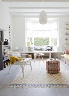 Woonkamer. Poef van Donna Wildon, Vloerkleed van Ikea, Lamp Trianon petit van Paula Arntzen.: