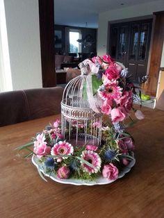 Voorjaarsstuk met vogelkooi gemaakt door Marion's Bloemdecoraties
