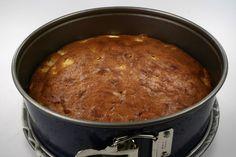 Pisk margarine med sukker og Perfect Fit. <BR> <BR> Tilsæt æggene et ad gangen Tilsæt vand. Mel og bagepulver tilsættes. <BR> <BR> Æblestykkerne blandes i Hældes i en springform ca. 24 cm. i dia Banana Bread, Dips, Pork, Diabetic Living, Cakes, Pork Roulade, Pigs, Pork Chops, Sauces