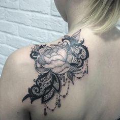 tatouage fleur femme, jolie fleur épanouie à l'épaule   rose et ornements pendants