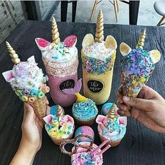 unicorn ice cream is de nieuwste food hype Glace Unicorn, Unicorn Ice Cream, Cute Desserts, Delicious Desserts, Yummy Food, Unicorn Milkshake, Milkshake Bar, Milkshake Recipes, Icecream Bar