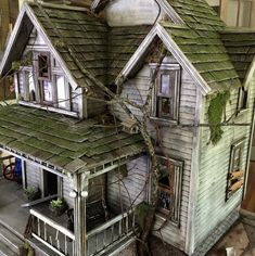 These Abandoned Dollhouses Are Miniature Haunted Houses Halloween Village, Halloween Doll, Halloween Haunted Houses, Haunted Mansion, Haunted Dollhouse, Haunted Dolls, Diy Dollhouse, Dollhouse Tutorials, Spooky House