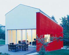 House with red wall. www.schoener-wohnen.de