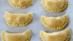 Empanadas Mendocinas - Empanadas Argentinas - Receitas da Laylita Empanadas Recipe Dough, Empanada Dough, Best Pandesal Recipe, Creme Cheese, Pumpkin Empanadas, Mexican Food Recipes, Dessert Recipes, Beet And Goat Cheese, Pillsbury Dough
