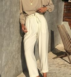 Travel Girl / travel outfit / Minimal / casual / neutral colors / white pants / fall style #womentrousers