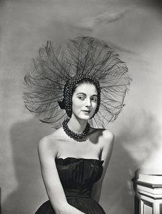 Un retrato de 1951 de la modelo, capaz de lucir con gracia el tocado más aparatoso y de añadir un centímetro y medio de longitud a su cuello –perfecto para los grandes collares de perlas de la época–, por deseo de Diana Vreeland.