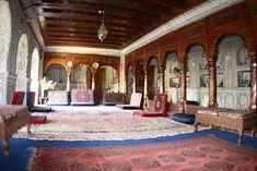 Casa Jalali em Srinagar, estado de Jammu e Caxemira, Índia. Toda a área do Diwan-i-Khas (quarto especial) fica no 2º andar. Este quarto foi usado principalmente como sala familiar privada. Tem um belo teto de madeira e uma lareira, que ainda é funcional. Exibe também um antigo tapete afegão feito à mão, que remonta a 100 anos.  Fotografia: Tasawar Jalali no Flickr.  https://www.flickr.com/photos/tasawarjalali/4162951602