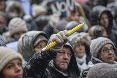 Et à Stockholm, lors d'un rassemblement organisé par Reporters sans frontières et l'association des dessinateurs suédois. Crédits : AFP/HENRIK MONTGOMERY En savoir plus sur http://www.lemonde.fr/societe/portfolio/2015/01/11/du-caire-a-katmandou-des-hommages-aux-victimes-des-attentats-en-france_4553696_3224.html#3Qxj3T84T9QpGsSe.99