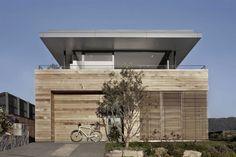 terrasse couverte, garage et façade avec bardage horizontal en bois de cèdre