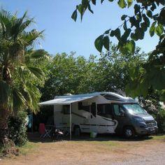 Camping Le Brouet, Frankrijk. Vlakbij het populaire Cap d'Agde, tussen Perpignan en Montpellier, vind je deze kleinschalige camping met een veertigtal kampeerplekken. Op de camping zelf is een klein zwembad en er worden fietsen verhuurd. Het strand ligt op ongeveer een kwartiertje lopen afstand van de camping.