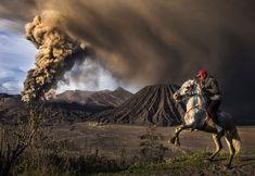 http://www.infobae.com/2016/05/04/1809115-las-impactantes-imagenes-del-national-geographic-travel-photographer El fotógrafo Reynold Dewantara tomó esta escena dramática mientras un hombre a caballo presencia la erupción del Mount Bromo en Probolinggo, Java del Este, Indonesia