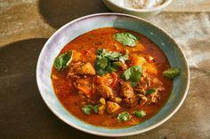 A thai curry teljesen más, mint egy indiai. Sokan összekeverik a szezont a fazonnal, de a thai verzió fényévekkel másabb, parfümösebb, aromatikusabb. Létezik zöld thai curry is, de én most a piros verziót hoztam nektek. Saag, Thai Red Curry, Chili, Food And Drink, Mint, Ethnic Recipes, Kitchen, Cilantro, Cooking