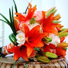 Bouquet con rosas en tonos pastel y lirios orientales de color naranja flúor