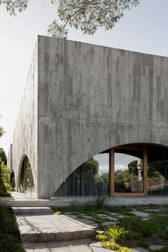 Concrete arcs frame courtyard views at Melbourne house by Edition Office - Domus Concrete Facade, Concrete Architecture, Concrete Houses, Concrete Building, Modern Architecture House, Concrete Design, Interior Architecture, Concrete Cement, Chinese Architecture